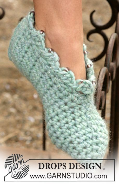 DROPS Crochet slippers in Eskimo ~ DROPS Design. The pattern is available, so making these.