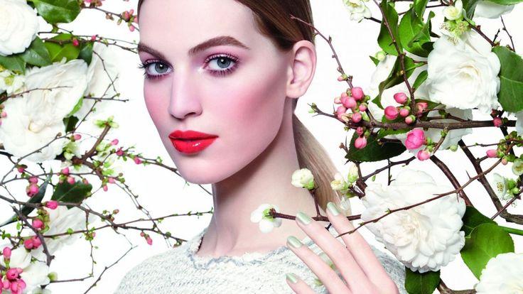 """La maison de la rue Cambon présente la collection de maquillage """"Rêverie parisienne"""" pour la saison printemps-été 2015. Une ligne make-up qui met l'accent sur le sourire, et habille les yeux d'ombres pastel pour un regard naturel."""