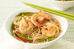 Un sauté-éclair aux crevettes et aux légumes auquel on ajoute des pâtes à la dernière minute pour un délicieux repas dans un bol.