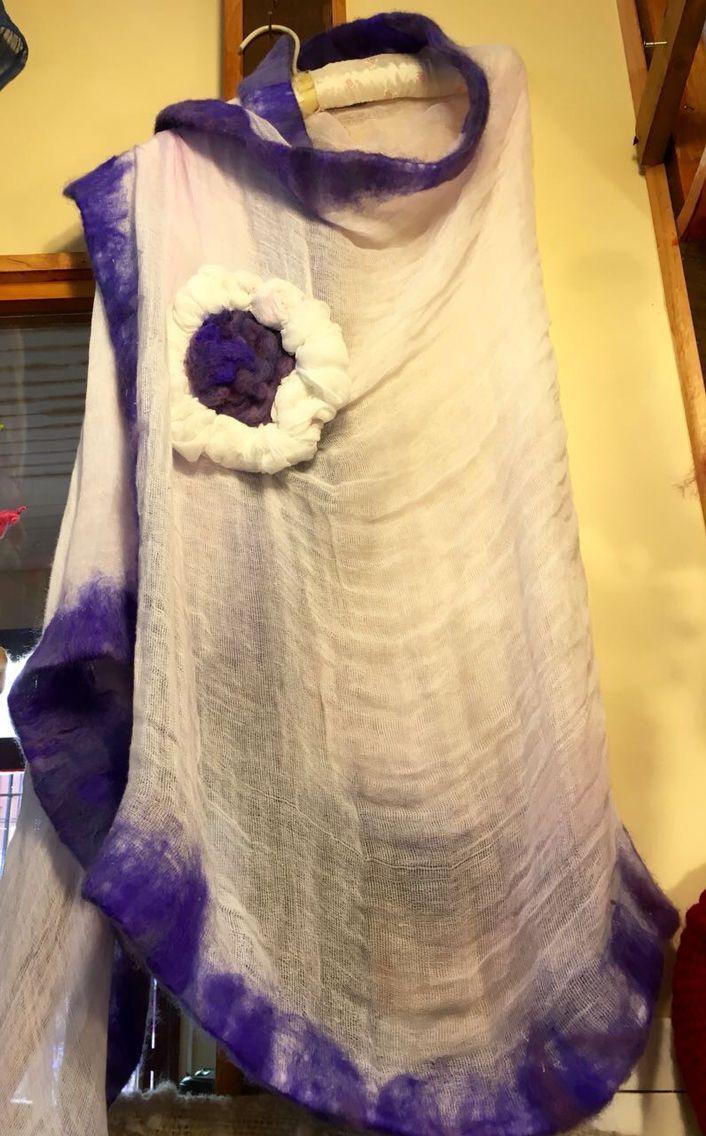 Pañoleta de gasa blanca con fieltro morada y aplicación de flores. CLP 38.000 Tilonka Lanas