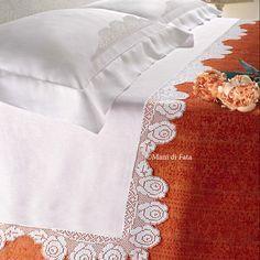 Lino bianco completo di schema per realizzare un bordo per paroure letto matrimoniale ad uncinetto filet con motivo rose
