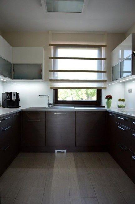 Woodline mock modern konyhabútor, üveghátlappal, rejtett LED világítással