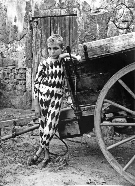 ARLEQUIN A LA CHARRETTE, ARLES, 1955  Lucien Clergue