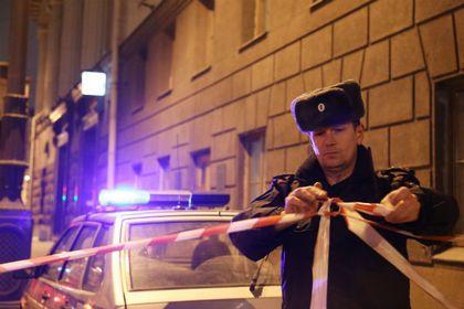 Полиция занялась расследованием нападения на офис «Ленты.ру»       Сотрудники московской полиции прибыли к зданию редакции «Ленты.ру», на которое было совершено нападение. Правоохранительные органы устанавливают обстоятельства произошедшего. С полицейскими беседует один из работников издания. Неизвестные устроили поджог, разбили окна и разрисовали стены нацистской символикой.