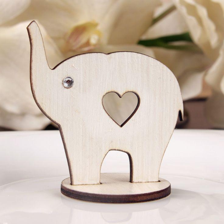 Niepowtarzalne weselne słoniki na szczęście z serduszkiem wykonane z drewna.  Posiadają cyrkonię. To wyjątkowa pamiątka, która sprawi że goście długo będa wspominać Państwa wesele.