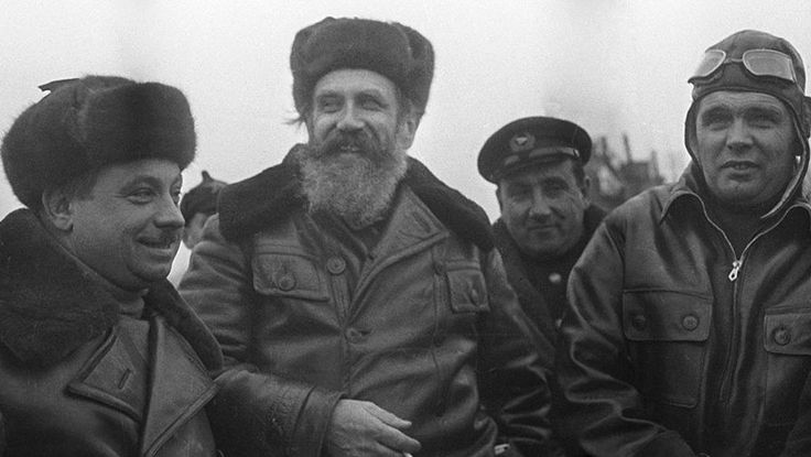 Участники первой в мире воздушной экспедиции на Северный полюс «СП-1». Начальник экспедиции Иван Папанин, член-корреспондент АН СССР Отто Шмидт и летчик Михаил Водопьянов, 1937 год