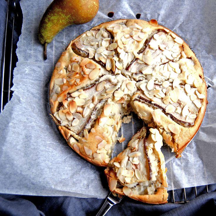 Vare sig du är äggallergiker eller vill bjuda en vän på veganskt så är den här päronkakan med kardemumma och mandelflarn så otroligt god. Enkelt recept som jag hittade i tidningen Buffé.