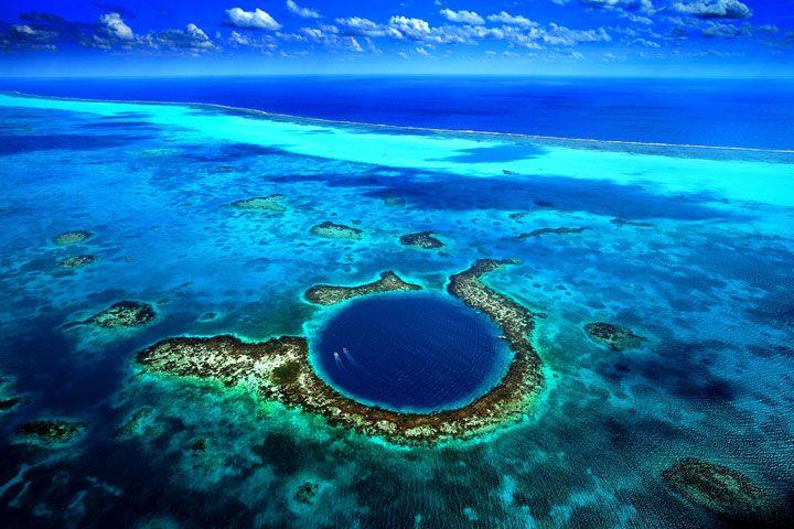 Le Grand Trou Bleu. C'est un gouffre d'environ 300 m de diamètre et 120 m de profondeur, situé au milieu de l'océan à 80 km de Belize. Il a été rendu célèbre par l'explorateur français Jacques-Yves Cousteau en tant que site de plongée sous-marine.