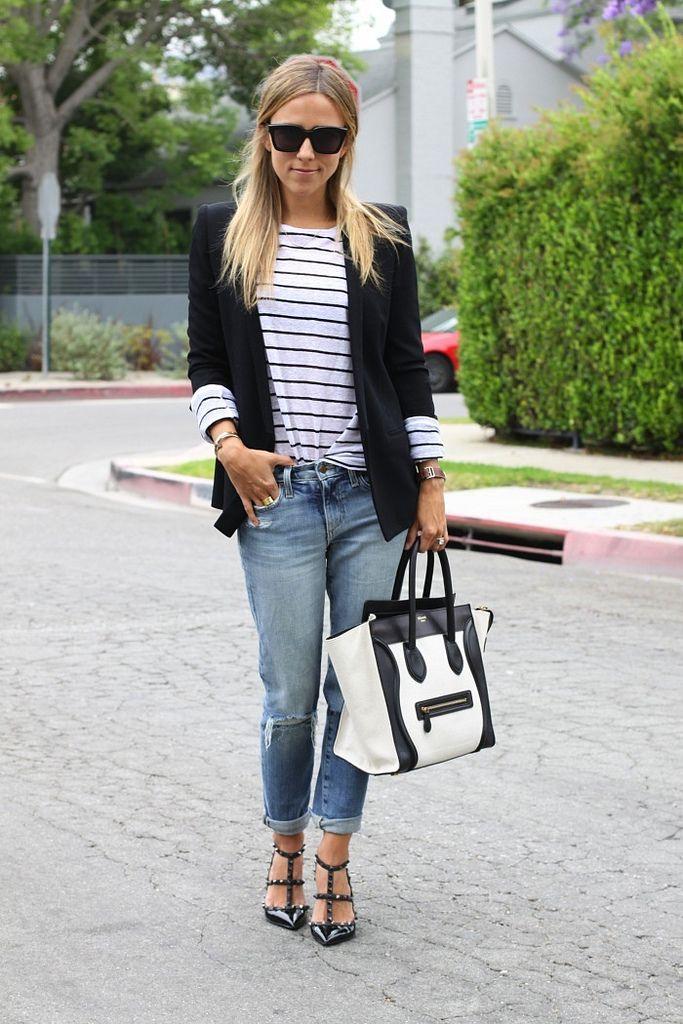 Une marinière avec une veste noire, un jean boyfriend et un sac qui rappel le noir et blanc du haut