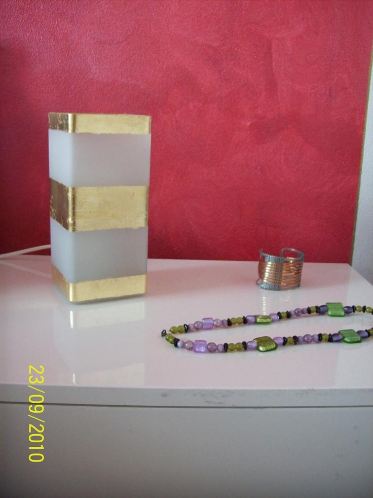 una abat-jour semplice e molto conveniente trasformata con foglia oro..doesn't look great??!!??