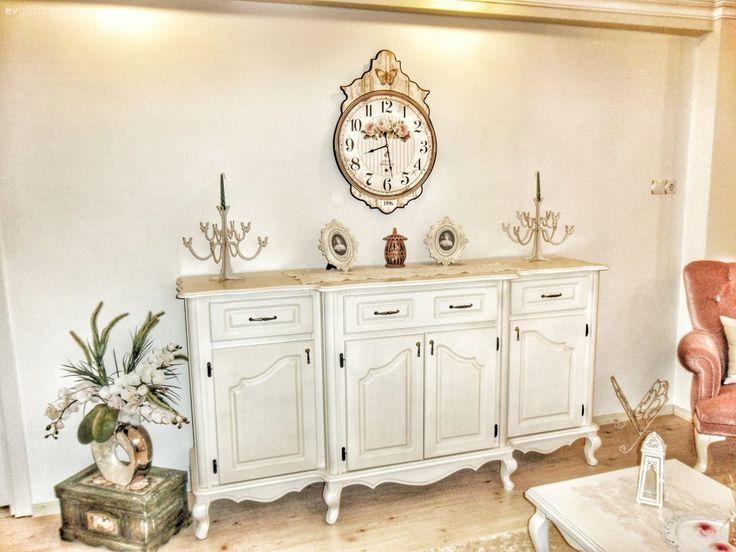 Nostaljik esintilerle dolu evini keyifle, her köşesini uzun uzun planlayarak dekore etmişti Aylin hanım.. Dekorasyona böyle ilgili olunca, evinde değişimler de yapmaktan keyif alıyor. Tatlı salonundan...