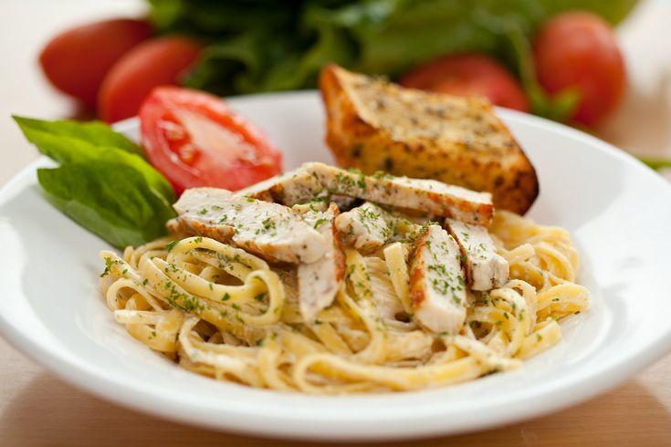 Egy finom Tejszínes-csirkés tészta ( Chicken Alfredo ) ebédre vagy vacsorára? Tejszínes-csirkés tészta ( Chicken Alfredo ) Receptek a Mindmegette.hu Recept gyűjteményében!