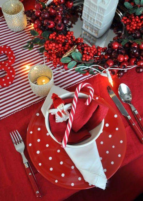 Mesés karácsonyi asztal fehér-pirosban