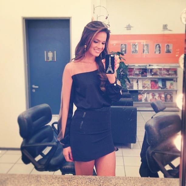 PHOTOS - Bruna Marquezine escolheu uma saia preta e uma blusa com transparência…