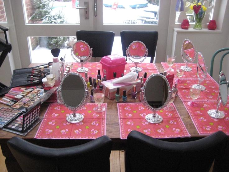 Het leukste meidenfeestje aan huis met al je vriendinnen, veel make-up nagellak boa's champagne cadeautjes glamour glitters fotoshoot