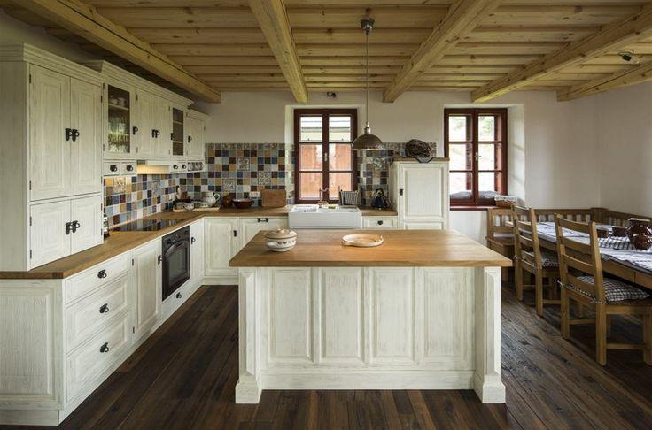 Kuchyni v rustikálním stylu si nechal majitel vyrobit na zakázku.