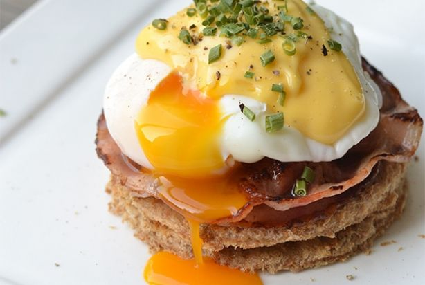 Dit zijn eggs benedict the easy way want officieel horen de gepocheerde eieren met bacon en hollandaisesaus op een English muffin. Maar in dit recept doe ik ze op mooie brood rondjes, ook lekker! Het pocheren van een ei hoeft helemaal niet moeilijk te zijn dus laat je daar vooral niet door afschrikken.