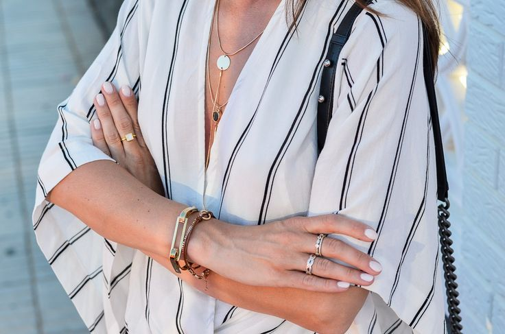 BLACK & WHITE SUMMER LOOK :: Leather shorts and a striped free people blouse // Ledershorts & Wickelbluse (golden details, bracelets, Zara necklace, jewelry)