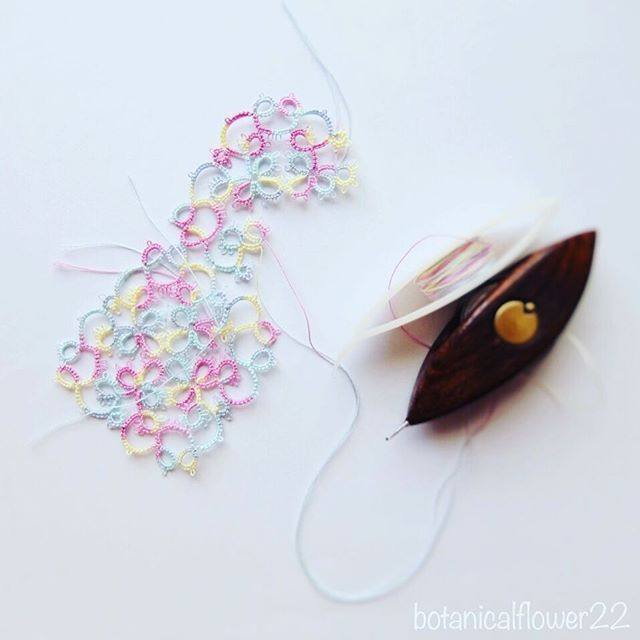 Janさんのパターン始めました💕 * 夏休みもあと少し〜です(´・ω・`;) * * この糸、リズベスのmix糸なんですけど、初めてのmix糸なんですよね〜😍 * 色糸、あんまり使わないのですが、ツボですね。パステルっぽくて可愛いです💕Butterrfly Breezeっていう名前らしいです(*´︶`*)♡ * * JanさんのパターンにはXというマークがあるんですけど、そこのやり方がわからなくて、2つめのモチーフでやっと解決!👏😅スッキリ! * *  #kaumo #tattinglace #タティングレース#lace #レース#編み物  #handmade #手芸  #ハンドメイド #flower #nature  #ナチュラル #自然 #雑貨  #80番レース糸 #kawaii  #artist #instagood  #cute  #アンティーク #花 #antique #small #white#ドイリー #doily #モチーフ #motif #janstawasz #lizbeth