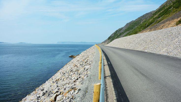Skjarvelandet - Havøysundvegen i Måsøy kommune har de seneste årene blitt oppgradert. Det er dette prosjektet som har gjort at veien nå er kåret til Norges vakreste vei. - Foto: Inge Dahlman / LANDSKAPSFABRIKKEN