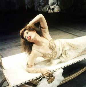 Katharine HOUGHTON HEPBURN (née le 12 mai 1907 à Hartford dans le Connecticut, morte le 29 juin 2003 à Old Saybrook dans le Connecticut), est une comédienne américaine. Elle fut récompensée par l'Oscar de la meilleure actrice à quatre reprises, mais « Miss Kate », comme elle fut surnommée, ne prit même pas la peine de venir en chercher un.
