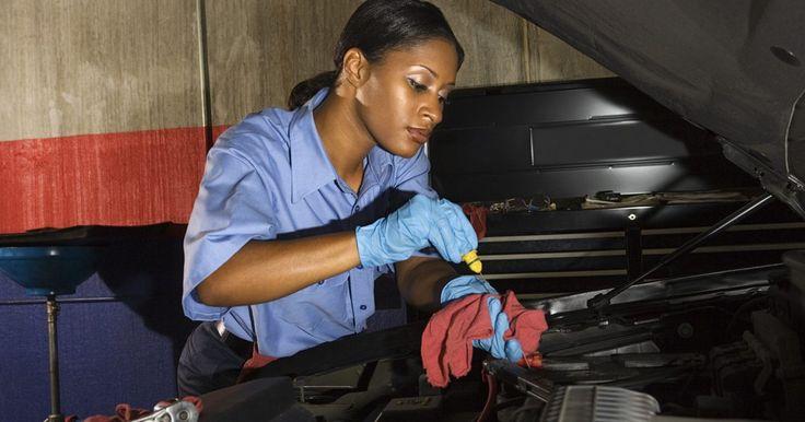 Cómo diagnosticar problemas con el radiador de un auto. Los problemas con el radiador del automóvil pueden ocurrir por una variedad de razones. El radiador controla el enfriamiento del motor, es importante asegurarte de que el radiador está funcionando correctamente. Un radiador que no está funcionando normalmente puede causar graves daños al motor. Antes de cambiar cualquier cosa, sin embargo, es ...