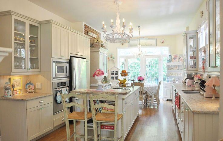 Кухня в стиле шебби-шик: винтажная роскошь для ценителей комфорта и 80 уютных интерьеров http://happymodern.ru/kuxnya-v-stile-shebbi-shik/ Светлый однотонный потолок на кухне шебби-шик