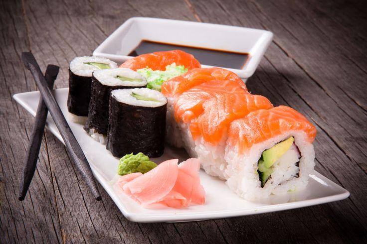 ***¿Cómo Comer Sushi según la Tradición?*** No te martirices con los palitos ni ofendas la cultura gastronómica del oriente: aprende cómo comer sushi de acuerdo a la tradición y algunas curiosidades.......SIGUE LEYENDO EN...... http://comohacerpara.com/comer-sushi-segun-la-tradicion_12491e.html