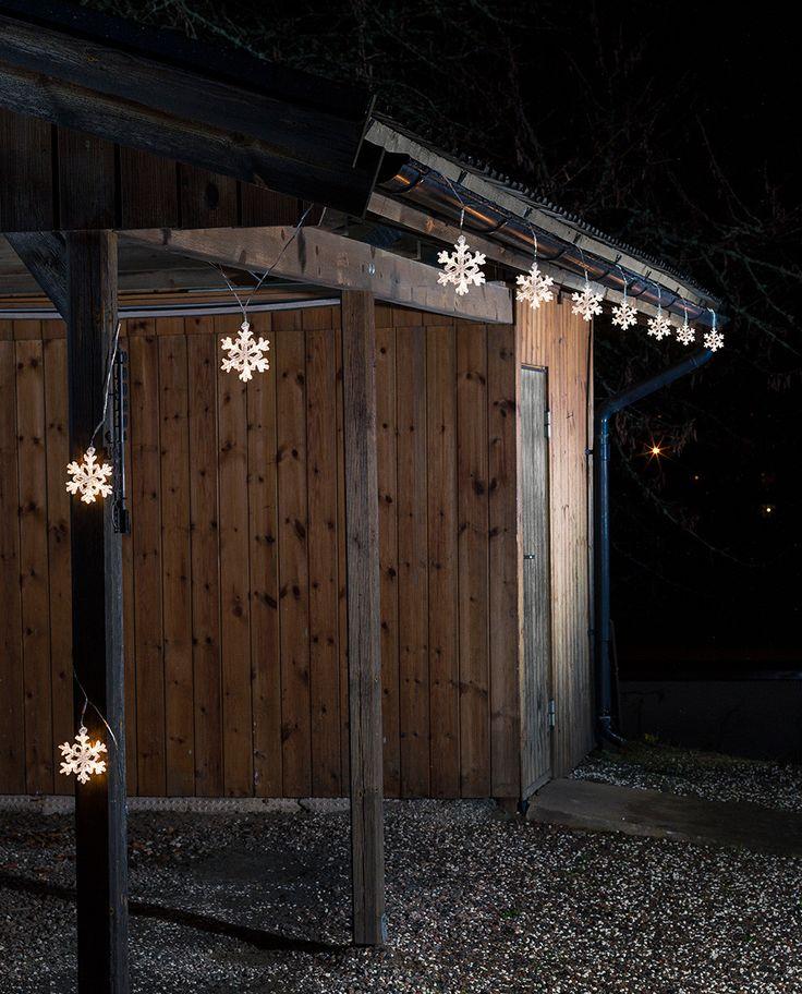 Utendørs LED slynge med 60 varmhvite lys fra Konstsmide. Slyngen har 10 vakre snøfnugg i akryl som vil lyse hagen vakkert opp i vintersesongen. Du kan såklart også bruke slyngen innendørs.