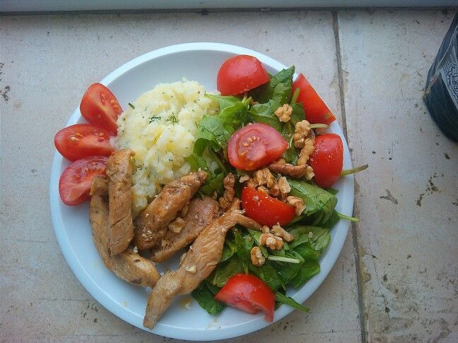 Great lunch today: potatoes puree with dill and coconut milk, chicken with soy souce  SALAD: baby spinach, cherry tomatoes, walnuts and honey mustard souce  DELICIOUS!