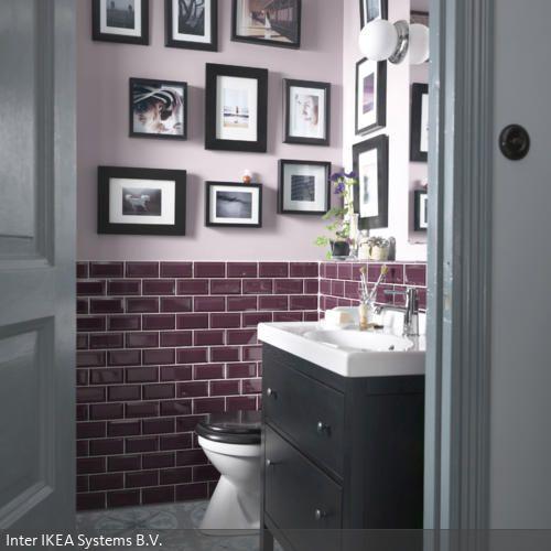 Die Wandfliesen in Lila bringen durch ihre Farbe Eleganz und Wärme ins Badezimmer, das meist in kühlen, neutralen Farben gehalten ist. Um das Bad etwas wohnlicher…