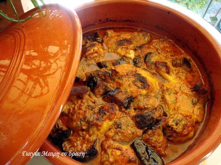 Κοτόπουλο με μελιτζάνες by Mairh υλικά 6-8 κομμάτια κοτόπουλο 4 μελιτζάνες φλάσκες 150 γραμ φέτα 1 πιπεριά 1 μεγάλο κρεμμύδι 3 σκελίδες σκόρδο 1 ποτήρι ντοματοχυμό 1/2 νεροπότηρο ελαιόλαδο 1 1/2 ποτήρια νερό αλατι πιπέρι μια χούφτα ψιλοκομμένο μαϊντανό εκτέλεση από το βράδυ κόβουμε χοντρές ροδέλες τις μελιτζάνες και τις τηγανίζουμε να μείνουν όλη νύχτα …