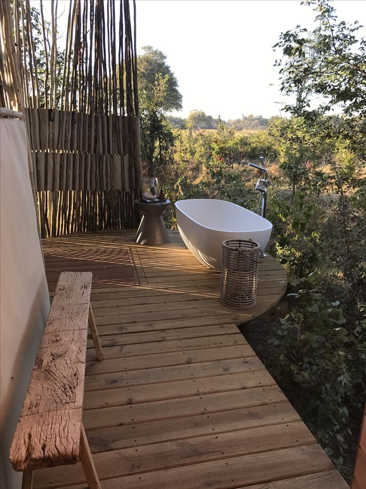 Outside bath,with bushveld views and sounds and the never ending calls of the African fish eagle.