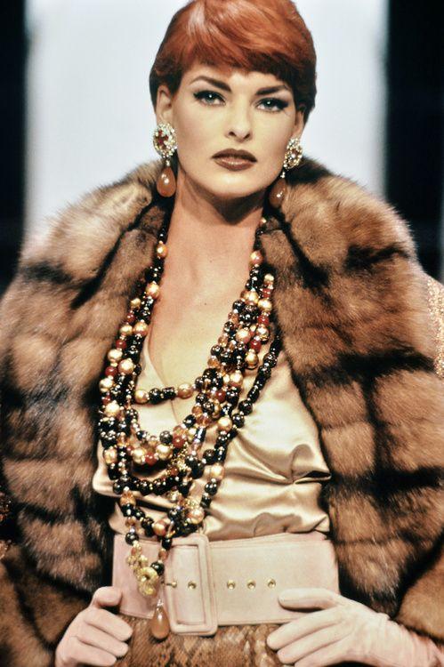 Linda Evangelista au défilé Dior haute couture printemps-été 1992, sautoirs, manteau fourrure
