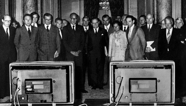 Valery Giscard d'Estaing, Raymond Barre, Simone Veil, Lionel Stoleru et Alain Peyrefitte observent des publicités télévisées en 1977. (AFP)