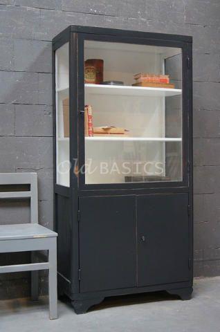 Vitrinekast 10175 - Unieke oude houten vitrinekast met een strakke vormgeving. De kast heeft een donker grijze kleur en staat op een sierlijk golvend pootje.