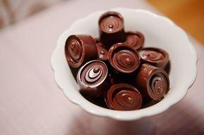 Om man har piffiga pralinformar i silikon är det nästan löjligt lätt att göra sina egna chokladpraliner. Har man inte det går det nästan lika bra att spara formarna från någon fin chokladask och använda dem istället. Den här snabba varianten av polkapraliner gör jag med krossade polkagrisar och rikt
