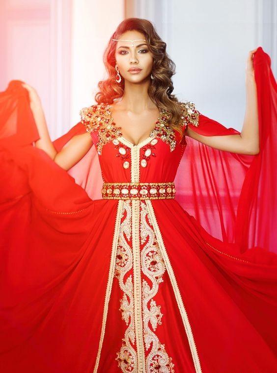 La vente de robe caftan marocain perle moderne pratiquée dans la plus grande considération de l'art de couture et ornement magnifique qui éblouie le design de caftan comme cet exemple sur l'image ci-dessus présentée par une jolie mannequine qui aime beaucoup robe caftan perlé, elle recommande également son modèle 2017 aux autres femmes qui cherchent …
