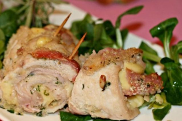 Facili e veloci di preparare, gli involtini di pollo sono un secondo piatto sfizioso e leggero dalle mille varianti. Ognuno può scegliere il ripieno che più si adatta ai propri gusti. Ecco come si cucinano.