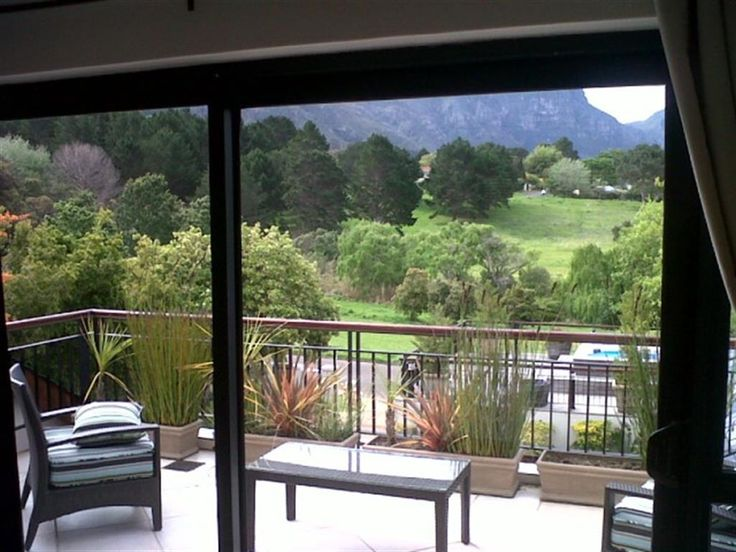 6 bedroom House for rent in Constantia from R12 000 per day. This six bedroom country house has extensive landscaped grounds boasting a beautiful water feature entrance in addition to an attractively set swimming pool within manicured lawns, tennis court, pool table and Jacuzzi.