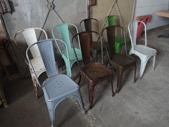 Oude Tolix stoelen Frankrijk - Zeldzame industriële Tolix stoelen uit Frankrijk.  Nog 5 op voorraad, de blauwe en de twee groene stoelen zijn verkocht.