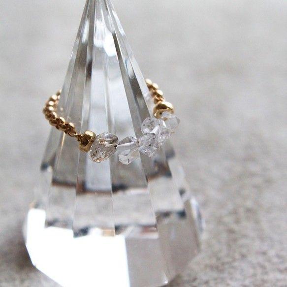 ハーキマーダイヤモンドを5石連ねたチェーンリングです。 「ハーキマーダイヤモンド」とは、アメリカのニューヨーク州ハーキマー地区からのみ産出する水晶のこと。通常...|ハンドメイド、手作り、手仕事品の通販・販売・購入ならCreema。