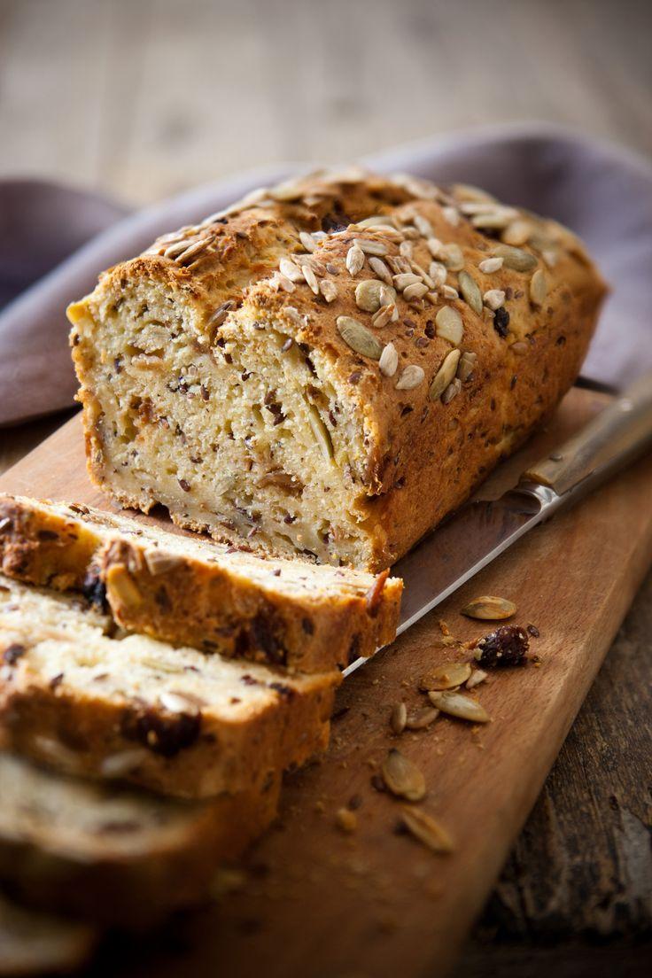 Per un aperitivo, ma anche a merenda, la ricetta del pane di patate con semi e frutta secca di Sale&Pepe si sposa bene sia con il dolce che con il salato.