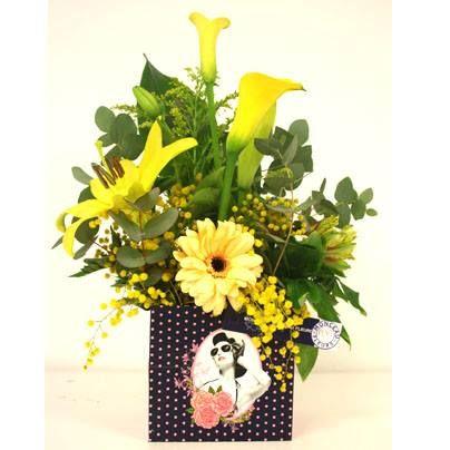 centro de flores, con mimosa, Lilium, Cala, Gerbera, amarillos