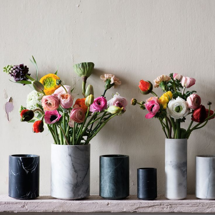 Excel My Belle er en smukt Vase i sort marmor, der passer godt ind i det moderne hjem med med sit rå og stadig elegante look.