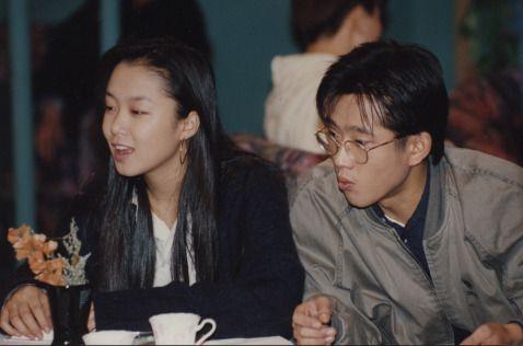[박경은의 '잼있게살기'] 그때 그 시절 드라마 1992년 http://capplus.khan.kr/639 1992년  김영삼씨가 대통령에 당선되면서 문민정부의 시대가 시작됐고, 우리나라는 중국과 처음으로 수교를 맺었던 해입니다.  당시 대만과는 국교를 단절했기 때문에 대만에서 한국 유학생들의 보복성 폭행을 당했다는  뉴스들이 심심찮게  등장하기도 했습니다.