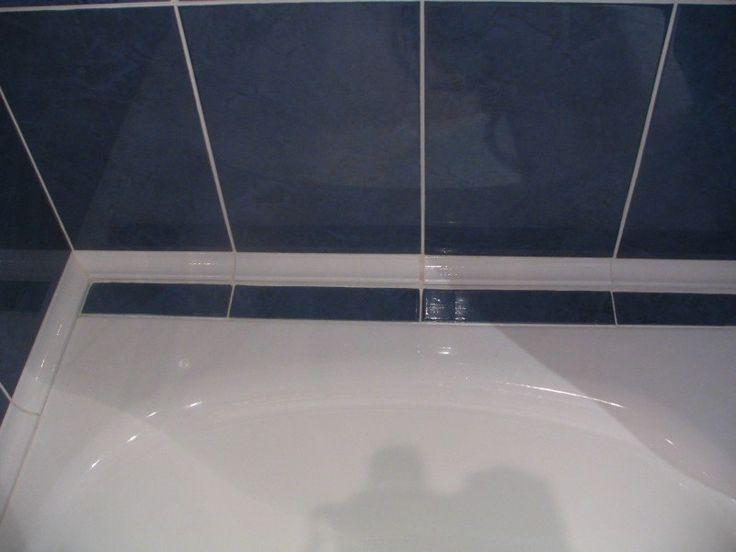 В месте соприкосновения ванны со стеной часто образуется плесень или потемнения
