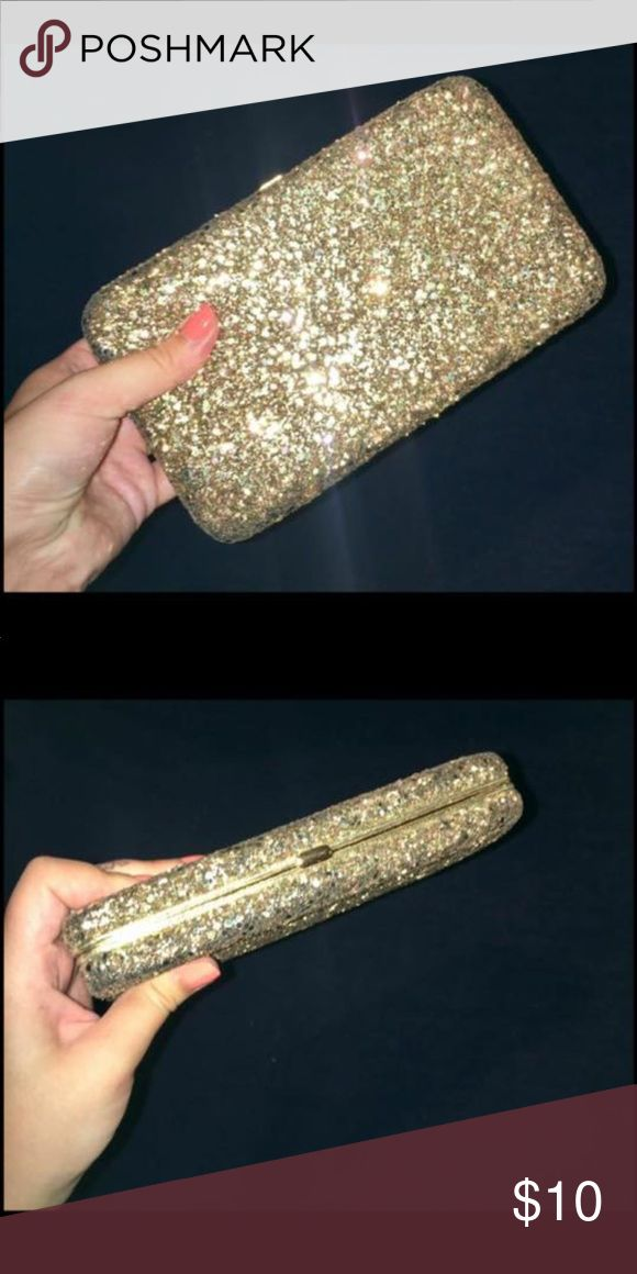 Golden Sparkly clutch Gold sparkly clutch, brand new, very spacious, can fit a compact and lipstick plus all your wallet essentials! Smoke and bug free home! Bags Clutches & Wristlets