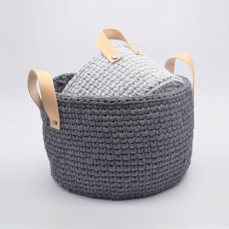 """Lækre Ribbon kurve i det smarte """"knit stitch"""" mønster, som giver et flot strikket look. Perfekt til opbevaring i stuen, på værelset, i køkkenet eller et helt fj"""