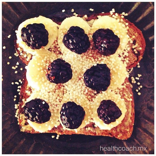 El pan #Ezekiel más lindo  con mantequilla de almendras, plátano, zarzamoras y amaranto ... Además de ser vegano y completamente natural, el pan ezekiel es hecho a base de granos germinados orgánicos (nada de harina ni azúcar) lo que lo hace súper nutritivo (alto contenido de vitaminas y proteínas) fácil de digerir y además no dispara los niveles de azúcar en la sangre... Lo que te mantiene más satisfecha y con energía constante :) /// a la venta en Green Yoga Www.greenyoga.com.mx